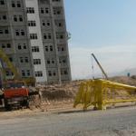 На стройке в Ашхабаде упал башенный кран, погиб крановщик
