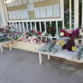 Ашхабадцы несут цветы к посольству России в Туркменистане (фото)