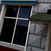 В ашхабадских магазинах затемняют окна, снимают вывески